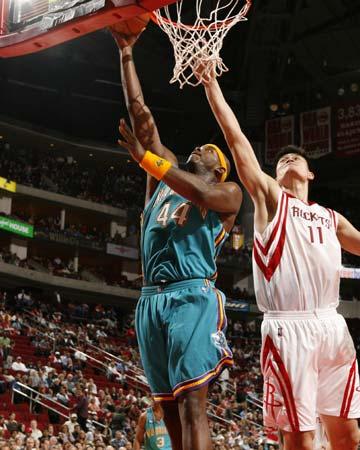 图文:[NBA]火箭胜黄蜂 姚明奋力封盖