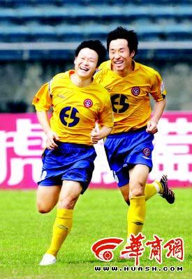 姚夏(左)的进球害苦家乡球队