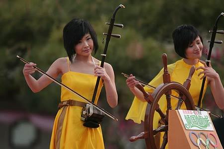 图文:青啤倾国倾城发布 女子十二乐坊精彩演出