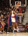 图文:[NBA]猛龙胜活塞  波什拼命防守
