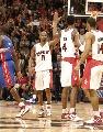 图文:[NBA]猛龙胜活塞  福特波什击掌
