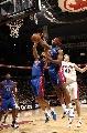 图文:[NBA]猛龙胜活塞  穆里争抢篮板