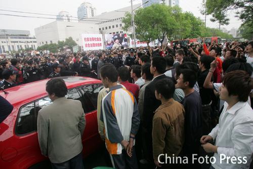 陕西球迷在赛场外集结示威