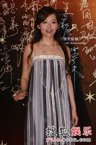 图:张靓颖低胸吊带裙亮相 小试性感-3