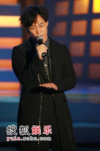 图:第26届金像奖颁奖现场--陈奕迅献歌