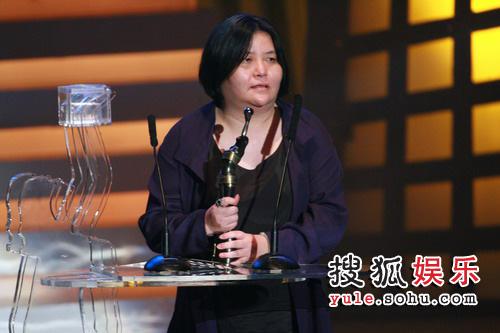 图: 最佳影片《父子》监制邱黎宽上台领奖