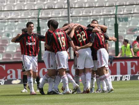 图文:[意甲]梅西纳1-3米兰 米兰庆祝胜利