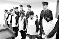 图为一批涉嫌容留、介绍卖淫的犯罪分子集中受审。李钦鹏/摄