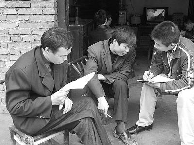 调查员陈萧正在指导煤矿工人做问卷。曹渝等10名大学生供图
