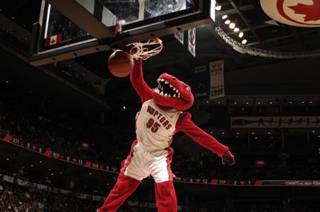 图文:[NBA]猛龙胜尼克斯 猛龙吉祥物扣篮