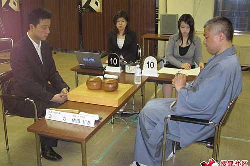 古力(左)对依田纪基
