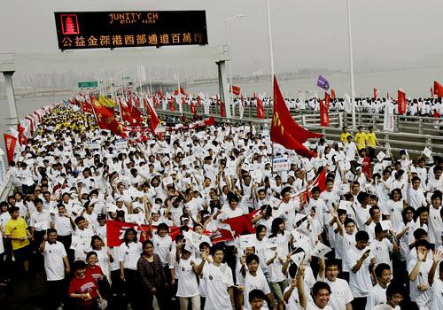 两万多名市民的队伍健步走上深圳西部通道大桥