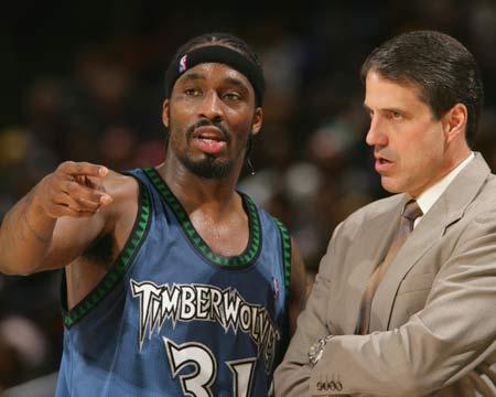戴维斯与教练交流