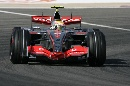 图文:[F1]巴林大奖赛正赛 汉密尔顿准备入弯