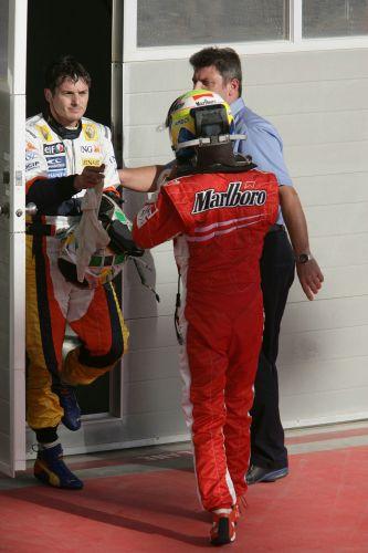 图文:[F1]巴林大奖赛正赛 费斯切拉和马萨