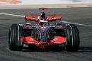 图文:[F1]巴林大奖赛正赛 阿隆索驶过弯道
