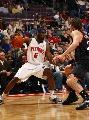 图文:[NBA]76人胜活塞 弗里普-穆雷假动作进攻