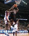 图文:[NBA]76人胜活塞 约翰逊封盖威廉姆斯