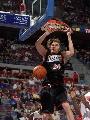 图文:[NBA]76人胜活塞 路易斯-威廉姆斯双手扣篮
