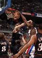 图文:[NBA]76人胜活塞 马克希尔单手扣篮