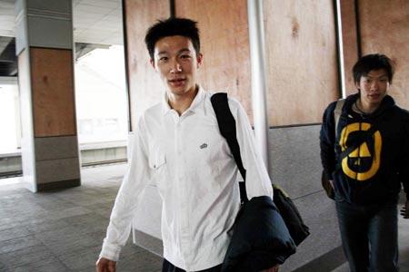 图文:[国足]国奥教练组抵达济南 曹阳杨君同车抵达