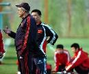 图文:国足济南首训 杜伊与其他教练交流