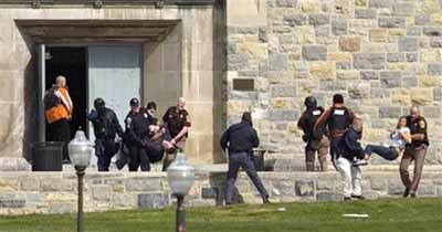 受伤的人员正在被警方和救护人员抬出发生枪击事件的工程学院大楼。