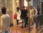 黄圣依和杨子走在大街上