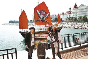 米老鼠登上海盗船扬起的风帆,显得凶神恶煞。