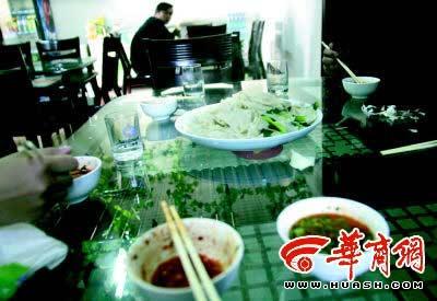 """兵马俑附近一家叫""""珍茶苑川菜""""的面馆,一盘裤带面加上几小碗醋汁,竟卖50元!"""