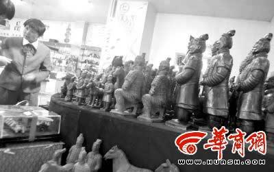 在灞桥附近的玉器店里,旅游纪念品标价奇高
