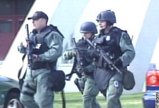 安全人员赶赴枪击现场