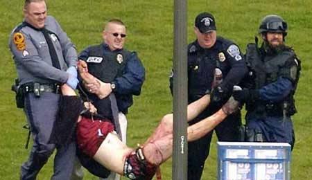 图为警方抢救伤者