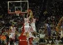 图文:[NBA]火箭VS太阳 姚麦同摘板