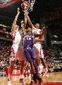 图文:[NBA]火箭VS太阳 姚明力摘篮板