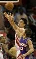 图文:[NBA]火箭VS太阳 姚明摘下篮板