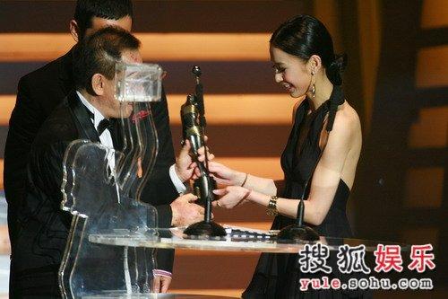 黄圣依台上颁奖,杨子台下作陪