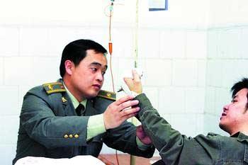 邹磊躺在病床上,说起遭遇小贩的暴力抗法经历时,希望市民给予城市管理工作多一份支持。