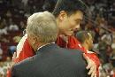 图文:[NBA]火箭VS太阳 姚明与道森相拥抱