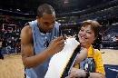 图文:[NBA]马刺负灰熊  签名给球迷