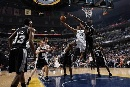 图文:[NBA]马刺负灰熊  约翰逊上篮