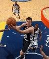 图文:[NBA]马刺负灰熊  飞翔在篮下