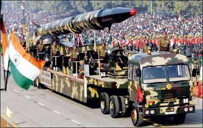 """印度在阅兵式上展示""""烈火""""导弹"""
