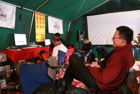 队员在帐篷内休息