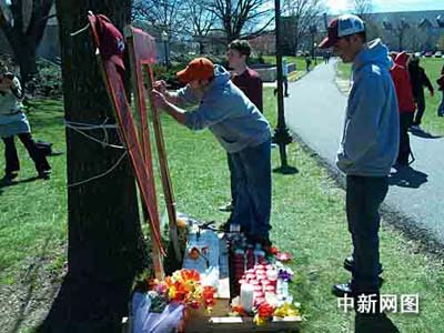 学生自发树立VT纪念碑,点上蜡烛,摆上鲜花,悼念死者 余东晖摄