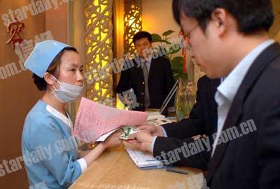 东方吉丽美容院美容师拒绝向稽查人员交出顾客名单。