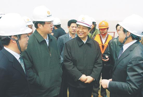 图为省委书记李源潮在如东县洋口港施工现场详细询问工程进展情况.