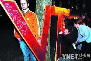 弗吉尼亚工学院学生为死者举行哀悼仪式