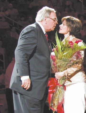 道森与妻子在退休仪式上