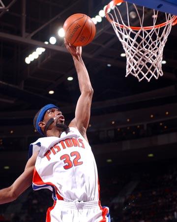 图文:[NBA]活塞主场胜猛龙 汉密尔顿飞身扣篮